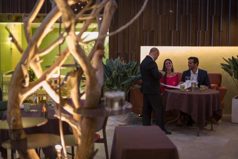 AMBIENTE Ristorante-romantico-gourmet-degustazione-la-veranda-del-color 1